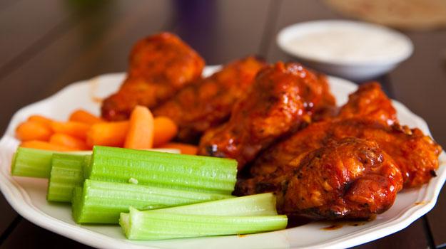 asas de frango ao forno com legumes